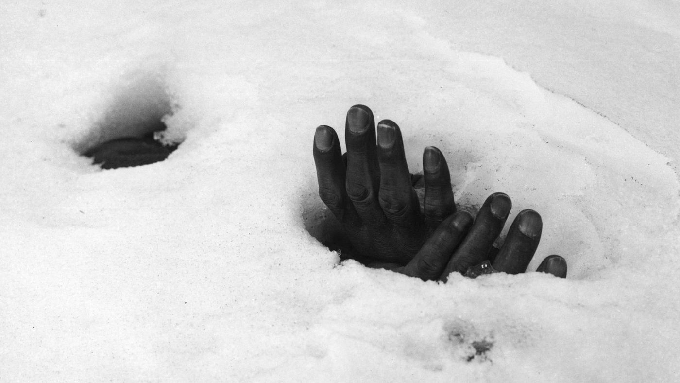 1951_korean_bound_hands_covered_in_snow_foto_by_Max_Desfor_Associated_Press.jpg